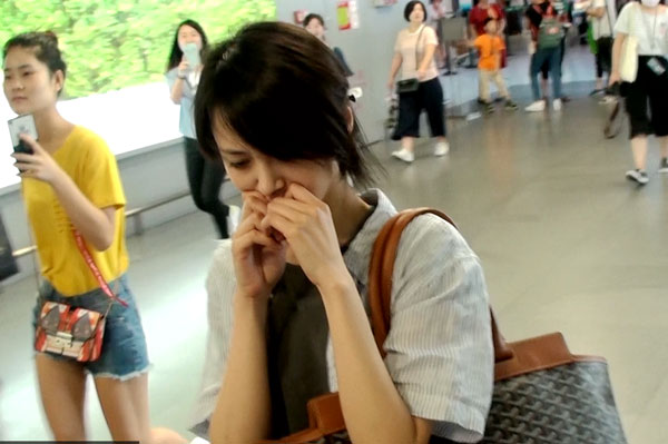 郑爽机场娇羞掩面拒绝拍摄 表情尴尬